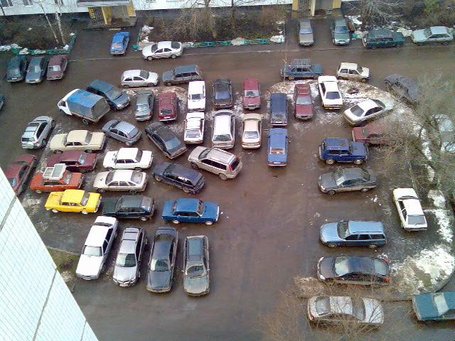 Иметь личное парковочное место во дворе - мечта автовладельцев.  И можно сколько угодно ругать неудобный план...
